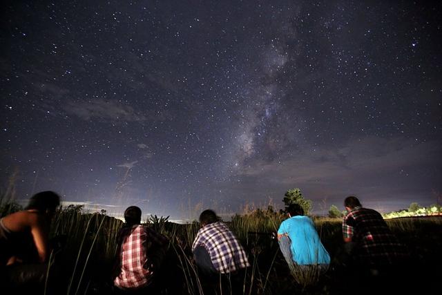 Imagen de archivo. Personas observando la lluvia de estrellas de Perseidas en el cielo nocturno cerca de Yangon, 12 de agosto de 2013. (Crédito de Ye Aung Thu/AFP/Getty Images)