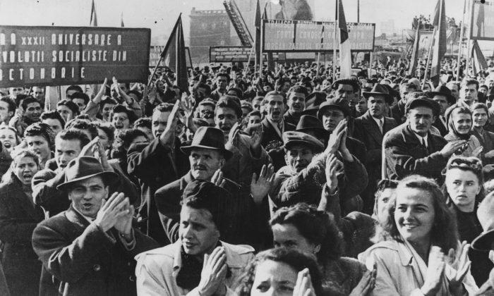 Una multitud en la Plaza de la Victoria, en Bucarest, Rumania, en el 32 aniversario de la Revolución Rusa. (Keystone/Getty Images)
