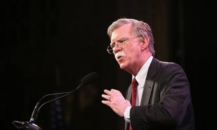 """John Bolton, exembajador ante las Naciones Unidas, habla con los invitados a la Cumbre por la Libertad de Iowa en Des Moines, Iowa, el 24 de enero de 2015. Bolton sugirió que las acusaciones de que Rusia pirateó las elecciones podían ser una """"bandera falsa"""". (Scott Olson/Getty Images)"""