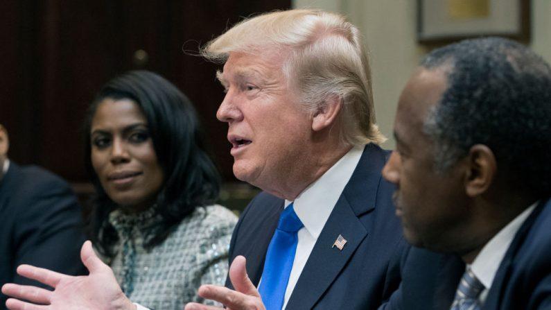 El presidente Donald Trump en un evento en la Casa Blanca en el marco del Mes de la Historia Afroamericana, con Omarosa Manigault Newman a su derecha, 1 de febrero de 2017. (Michael Reynolds - Pool/Getty Images)