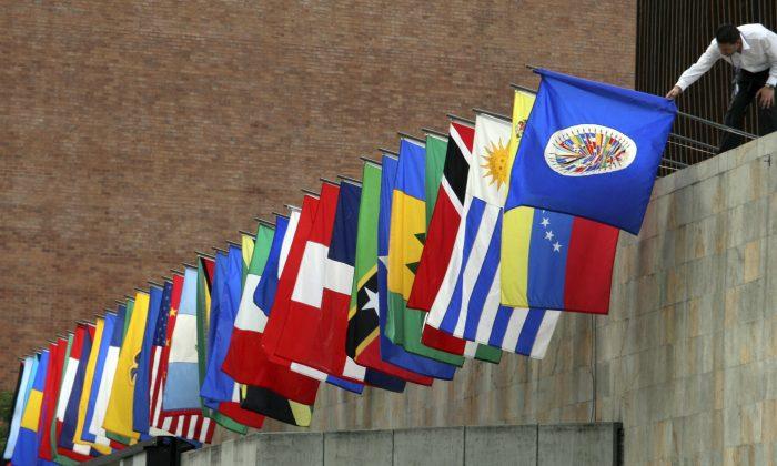 Personal prepara las banderas de la Organización de Estados Americanos (OEA) en Medellín, Colombia. (RAUL ARBOLEDA/AFP/Getty Images)