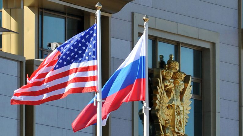 La bandera de Estados Unidos y la de Rusia flamean juntas a la llegada del Secretario de Estado de EE. UU. a Moscú, el 7 de mayo de 2013. ( MLADEN ANTONOV/AFP/Getty Images)