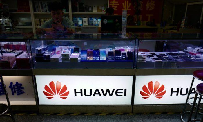 El logotipo de Huawei en una tienda en Shanghai, el 3 de mayo de 2018. (Johannes Eisele/AFP/Getty Images)