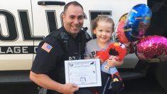 Esta adorable niña no podía soportar ver a un policía trabajando solo, así que le dio un 'amigo'