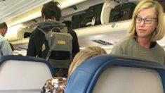 Esta extraña consuela a una anciana mientras que otros pasajeros en el vuelo la llaman 'drogadicta'