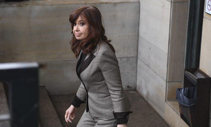"""La expresidente de Argentina, Cristina Kirchner, abandona un tribunal federal en Buenos Aires, el 13 de agosto de 2018. Kirchner compareció ante el juez que investigaba el caso de los """"cuadernos de la corrupción"""". (EITAN ABRAMOVICH / AFP) (El crédito de la foto debe leer EITAN ABRAMOVICH/AFP/Getty Images)"""