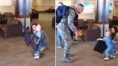 Esta niña fue sorprendida en el aeropuerto con un letrero que no podía leer, hasta que vio a papá