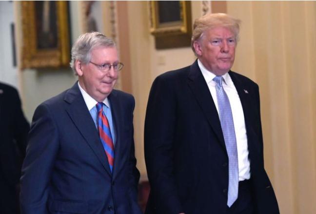 El expresidente de Estados Unidos, Donald Trump, y el congresista, Mitch McConnell, se dirigen a un almuerzo de la política republicana en la sede del Capitolio, en Washington, D.C., el 15 de mayo de 2018. (SAUL LOEB/AFP/Getty Images)