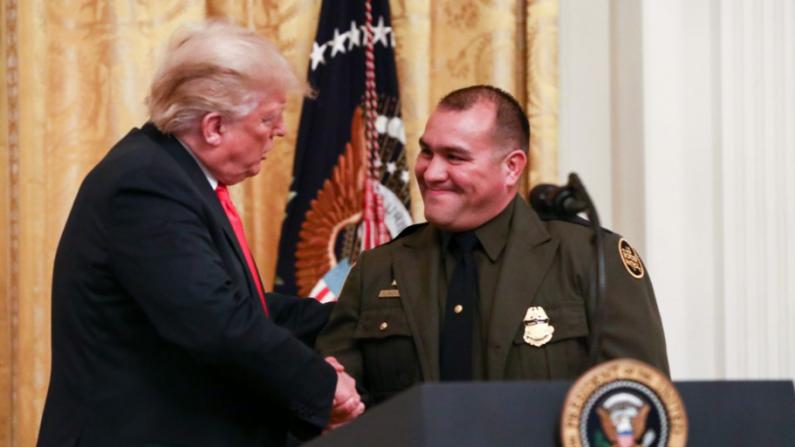 El presidente Donald Trump saluda a Mark Dannels, sheriff del condado de Cochise, Arizona, en la Casa Blanca en Washington el 20 de agosto de 2018. (Samira Bouaou / La Gran Época)