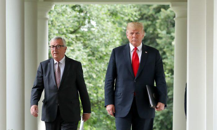 El presidente de Estados Unidos, Donald Trump, con el presidente de la Comisión Europea, Jean-Claude Juncker, en la Casa Blanca, 25 de julio de 2018. (Samira Bouaou/La Gran Época)