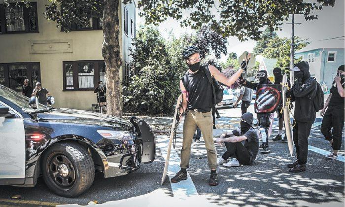 Extremistas de izquierda Antifa se preparan para una confrontación en Berkeley, California, el 27 de agosto. La teoría comunista del materialismo dialéctico busca incentivar el conflicto y la lucha. (AMY OSBORNE/AFP/GETTY IMAGES)