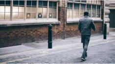 Caminó 33 km diarios para ir al trabajo por 10 años y premian su esfuerzo con un auto USD 300.000