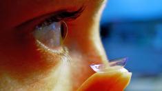 Bacterias pudren el ojo de una mujer que no se sacaba los lentes de contacto al dormir