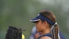 Nena que nació sin mano es una experta lanzadora de béisbol con una prótesis 3D hecha en casa