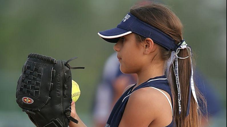 Niña por lanzar bola de baseball. Imagen ilustrativa. Keith Johnston en Pixabay