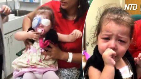 Esta niñita llora cuando el doctor le quita las vendas y al fin puede ver a mamá por primera vez