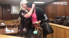 La madrastra salvó a su hijastra del abuso, 29 años después, la sorprende en el tribunal adoptándola