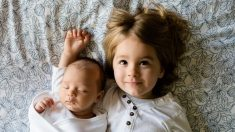 Este niño valiente de 4 años dona su médula ósea para salvarles la vida a sus hermanos gemelos