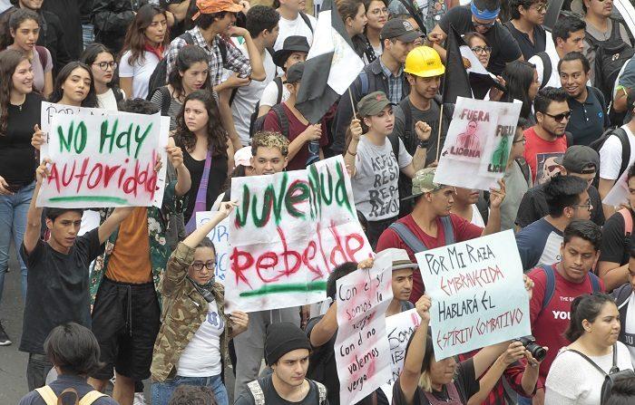 Plan de seguridad, eje fundamental de asamblea de estudiantes de la UNAM. Un plan de seguridad y la erradicación de grupos de choque de las escuelas y facultades de la Universidad Nacional Autónoma de México (UNAM), fueron los ejes fundamentales de una asamblea de estudiantes que finalizó las primeras horas de hoy en la Ciudad de México. EFE/ARCHIVO