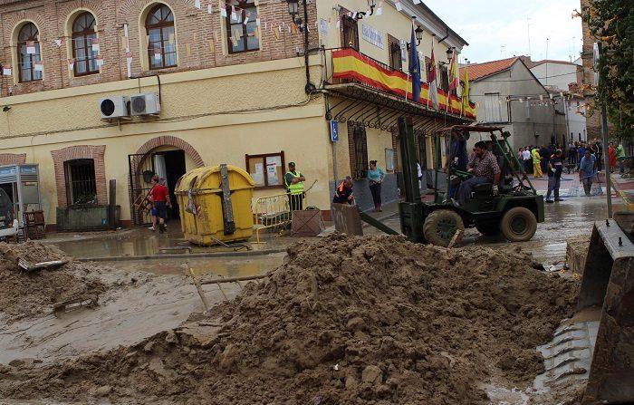 El Gobierno encargará un estudio sobre las causas de las riadas en Cebolla. Una máquina escavadora limpia una calle cubiera de barro tras la inundación que tuvo lugar ayer en la localidad toledana de Cebolla provocada por el desbordamiento del arroyo Sangüesa a su paso por el municipio. EFE
