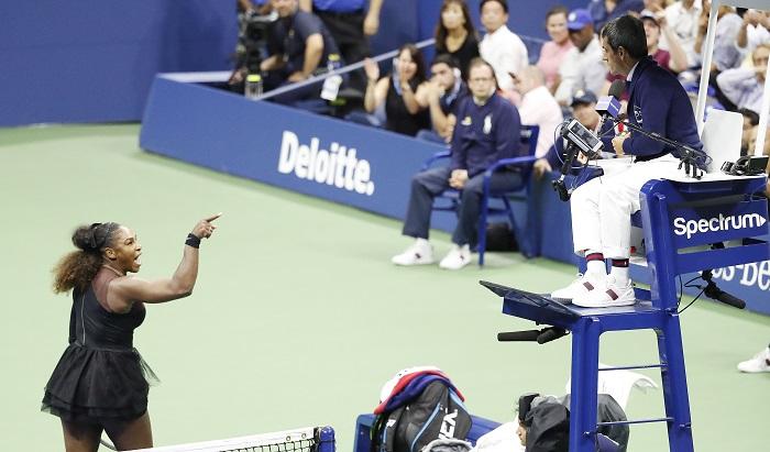 Serena Williams es multada con 17.000 dólares por violaciones al código de conducta. La tenista estadounidense Serena Williams discute con el juez de silla Carlos Ramos (d) durante la final del Abierto de EE.UU., en Nueva York, el 8 de septiembre. EFE