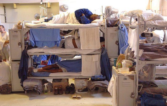 Cientos aquejados de salud mental sin delito quedan en cárceles de Colorado