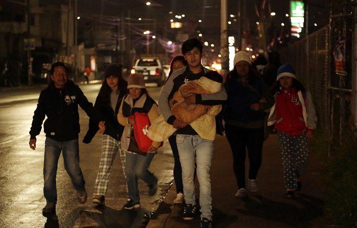 Fuga de gas obliga a desalojar 1.300 personas en el estado mexicano de Puebla. Cientos de familias desalojan la zona de peligro tras ser informados de una fuga de gas natural, causada por ladrones de combustible y que se hallaba fuera de control, en el central estado de Puebla (México) hoy, miércoles 12 de septiembre de 2018. EFE