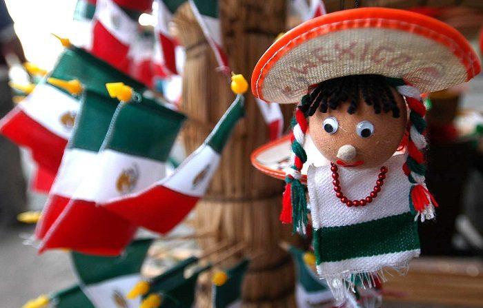 Pueblo mexicano se viste de color con banderas artesanales en fiestas patrias