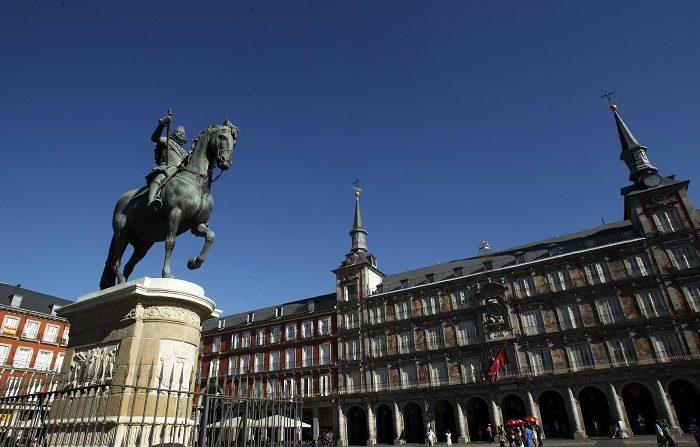 Madrid es la región con mayor esperanza de vida de la Unión Europea Un grupo de turistas visita la Casa de la Carnicería de La Plaza Mayor. En el centro, se levanta la escultura ecuestre dedicada a Felipe III. EFE/Archivo