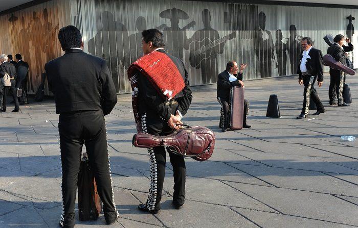Investigan homicidio de tres hombres en turística plaza Garibaldi de México Fotografía de archivo donde se obserban a mariachis esperando clientes en la famosa Plaza Garibaldi de Ciudad de México. EFE/Archivo
