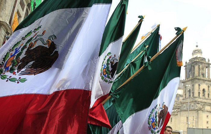 """México celebra su independencia con expectativa de una nueva """"transformación"""" Fotografía de banderas mexicanas expuestas para la venta ayer viernes, 14 de septiembre de 2018, en Ciudad de México (México). EFE"""