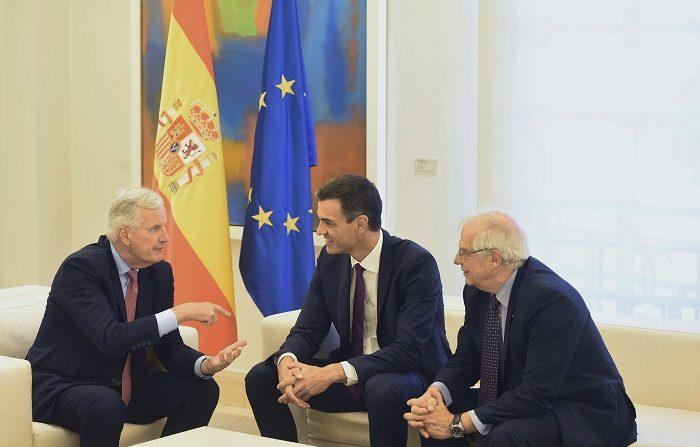 """Borrell: Utilizaremos """"brexit"""" para lograr cosas positivas en zona Gibraltar. El jefe del Ejecutivo, Pedro Sánchez (c), y el ministro de Asuntos Exteriores, Josep Borrell (d), durante la reunión que han mantenido hoy en Moncloa con el jefe de la Negociación de la UE con el Reino Unido, Michel Barnier. EFE"""