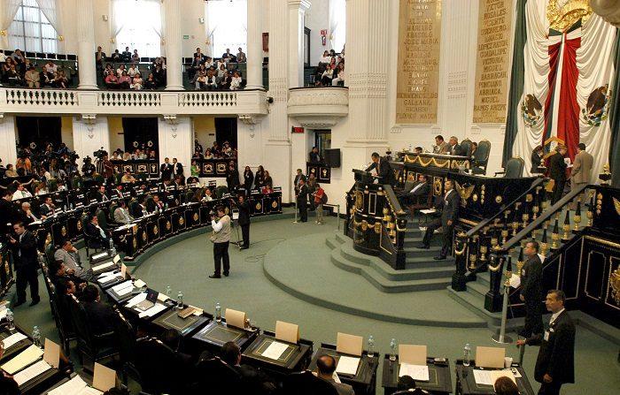 El Congreso de Ciudad de México inició hoy su primer periodo de sesiones tras las elecciones del pasado 1 de julio y lo hizo con la entrada en vigor de una nueva Constitución local que permitirá al Legislativo capitalino participar por primera vez en reformas constitucionales como el resto de cámaras estatales. EFE