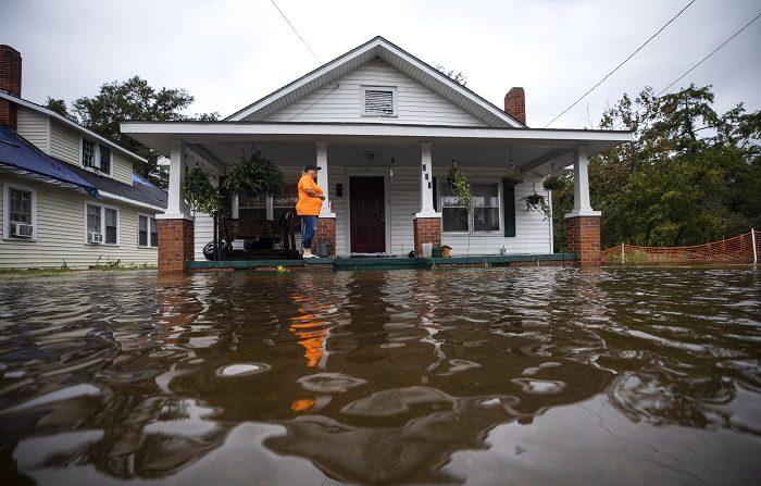 Florence es ya una baja presión, pero sigue descargando intensas lluvias Una casa frente a una calle inundada en Lumberton (Carolina del Norte, EE.UU.) fue registrada este lunes, tras el paso de la tormenta tropical Florence. EFE