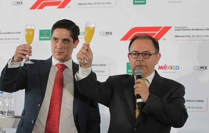 El director general de la Fórmula 1 Gran Premio de México Federico González Compeán (d) y el director de mercadeo y relaciones públicas de la Fórmula 1 Gran Premio de México Rodrigo Sánchez (i) brindan en Ciudad de México (México). EFE/Archivo