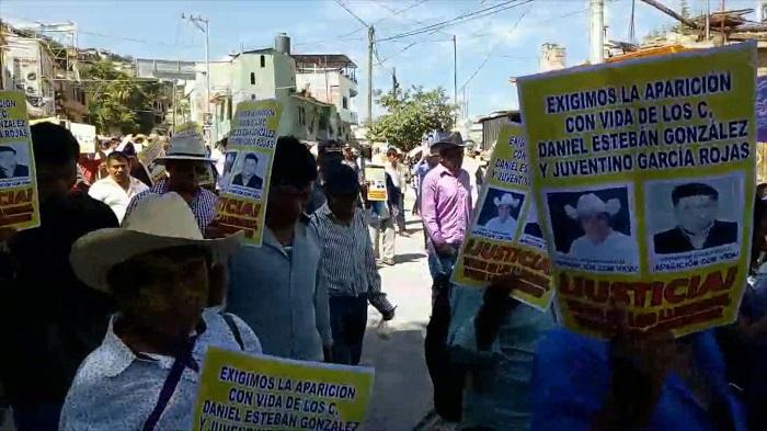 Cientos de habitantes del sureño estado mexicano de Guerrero marcharon hoy para exigir a las autoridades resultados en la búsqueda del alcalde electo de Cochoapa, Daniel González, desaparecido el 3 de septiembre pasado. EFE/MÁXIMA CALIDAD DISPONIBLE
