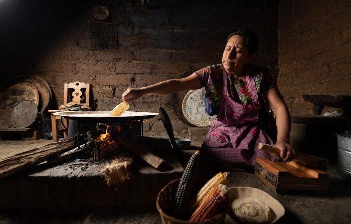 Fogones tradicionales conllevan riesgos de salud en comunidades mexicanas Fotografía con fecha del 9 de noviembre de 2017, que muestra a una mujer haciendo tortillas con leña en San Cristóbal de las Casas, en el estado de Chiapas (México). EFE