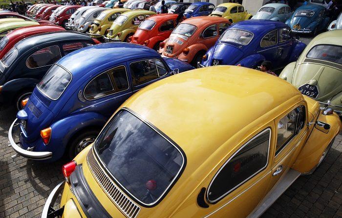 VW deja de producir el Beetle en Puebla pero estudia un sustituto eléctrico Concentración de automóviles Volkswagen Beetle clásicos desde principios de la década de 1950. EFE/Archivo