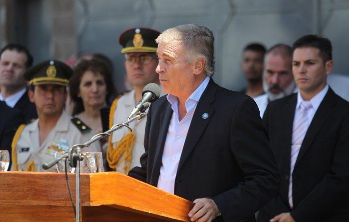 """El ministro de Defensa de Argentina, Oscar Aguad, explicó hoy a la prensa que durante la búsqueda que lleva adelante la empresa estadounidense Ocean Infinity para hallar el submarino desaparecido en noviembre pasado, se detectó un objeto a 280 metros de profundidad que definió como """"una señal importante"""". EFE"""