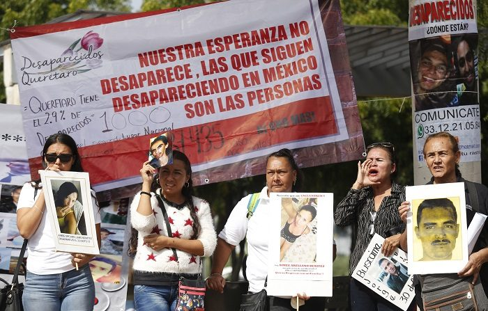 Un grupo de familiares de personas desaparecidas protestan, en exterior de las instalaciones del Instituto Jalisciense de Ciencias Forenses, en la ciudad de Guadalajara, en el estado de Jalisco (México). EFE