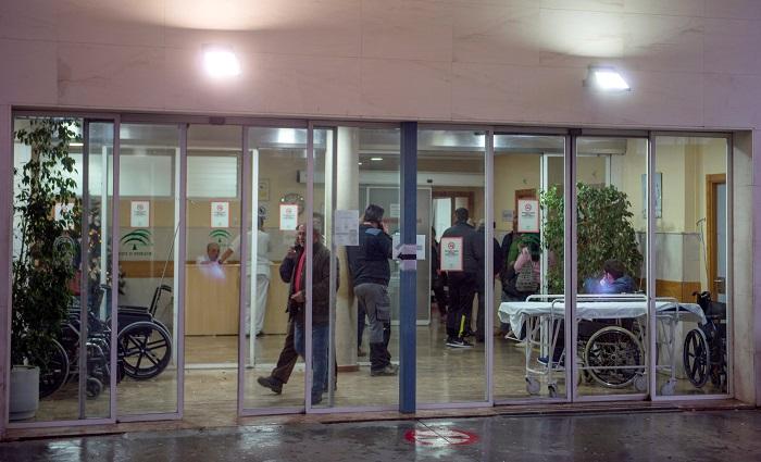 Varios cientos de personas han mostrado hoy en una concentración convocada ante las puertas del Ayuntamiento de Úbeda (Jaén) su condena, pesar y repulsa por la muerte violenta de una mujer de 40 años, ocurrida anoche en esta localidad y tras la que se detuvo a su expareja, de 51 años. EFE