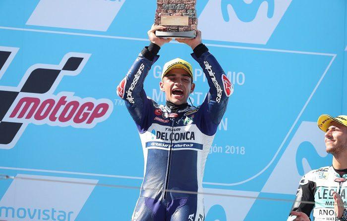 El piloto español Jorge Martín (Del Conca Gresini) celebra en el podio su victoria en la carrera de Moto3 del Gran Premio de Aragón disputado hoy en el circuito Motorland de Alcañiz (Teruel). EFE