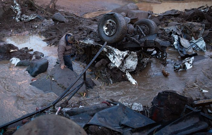 Víctor Manuel Martínez Moreno busca entre los escombros a su esposa y tres hijos hoy, lunes 24 de septiembre de 2018, tras el desbordamiento del río Cutio por las intensas lluvias generadas por el Frente Frío Número 2, en la zona del cacerío del municipio de Peribán, del occidental estado mexicano de Michoacán (México). EFE