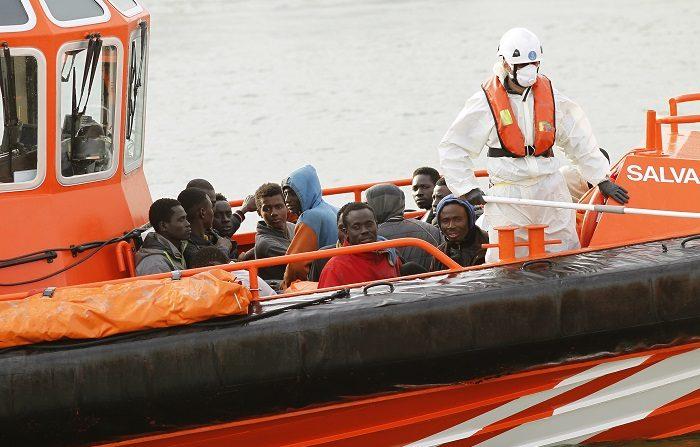 """La embarcación, conducida por un español, transportaba emigrantes ilegales y se encontraba """"en situación sospechosa"""" en aguas del Mediterráneo cerca de Tetuán: EFE"""