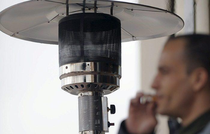 En la imagen, un cliente fuma junto a una estufa en el exterior de un bar de Valladolid. EFE/Archivo
