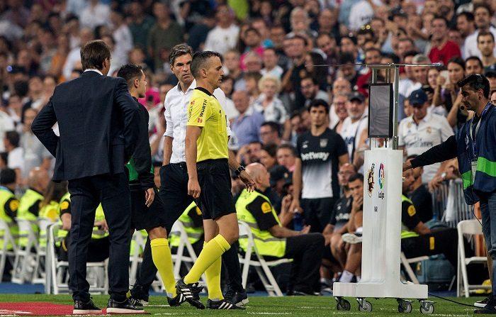 El Comité ejecutivo de la UEFA acordó este jueves que introducirá el vídeoarbitraje en la Liga de Campeones 2019-20, a partir de agosto, cuando se disputen las eliminatorias previas. EFE/Rodrigo Jimenez