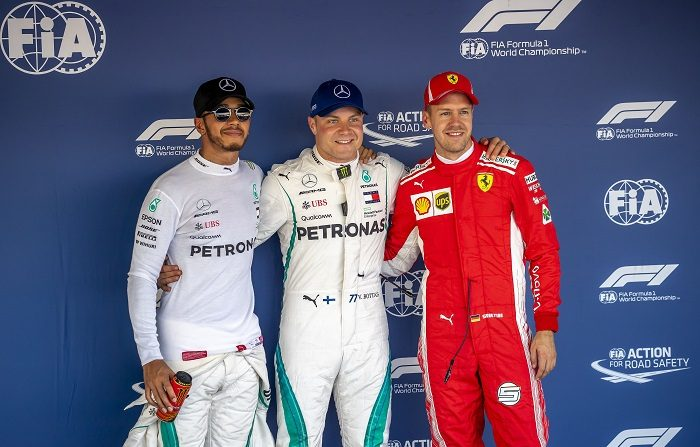 El finlandés de Fómula Uno Valtteri Bottas (c), del equipo Mercedes AMG GP, en el centro de la imagen tras conseguir la 'pole' junto a su compañero de equipo Lewis Hamilton (I) y el alemán Sebastian Vettel (d), de la escudería Ferrari en el Sochi Autodrom circuit, en Sochi, Rusia. EFE/EPA