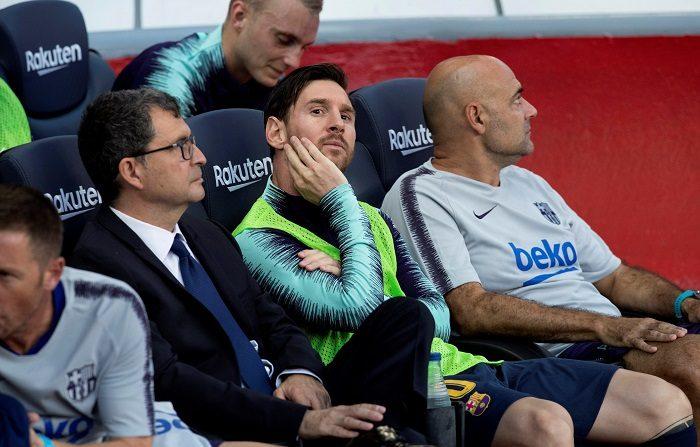 El delantero argentino del FC Barcelona Lionel Messi (c) en el banquillo durante el partido de la séptima jornada de Liga que disputan frente al Athletic en el Camp Nou de Barcelona. EFE