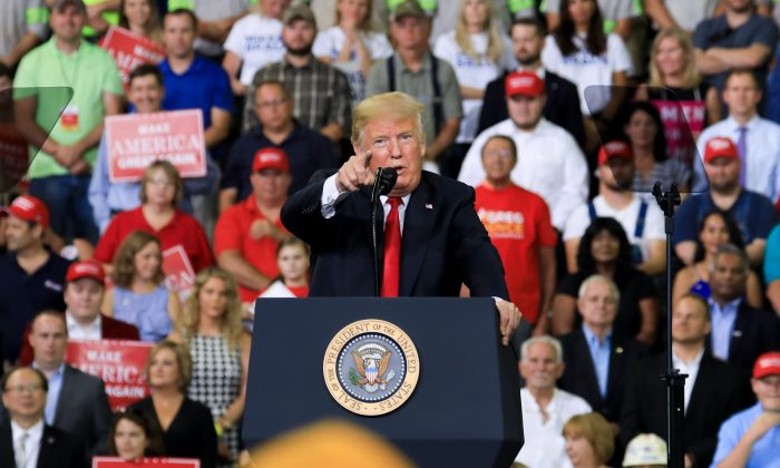"""El presidente Donald Trump en su mitin """"Haz que América sea grande de nuevo"""" en Evansville, Indiana, el 30 de agosto de 2018. (Charlotte Cuthbertson/La Gran Época)"""