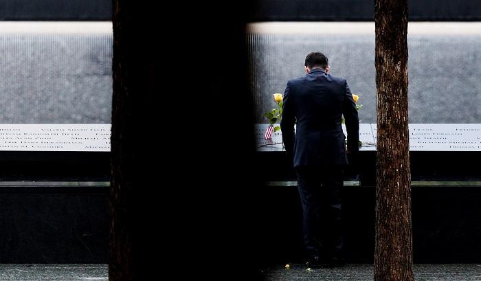 Un hombre permanece ante el Memorial de los atentados del 11 de septiembre de 2001 durante la jornada que marca el 17 aniversario de los ataques, en Nueva York, Estados Unidos, hoy, 11 de septiembre de 2018. El presidente de EEUU, Donald Trump, participa hoy en Pensilvania en un homenaje a las víctimas de los atentados terroristas del 11-S, jornada que será recordada también en Nueva York y Washington. EFE/ Justin Lane